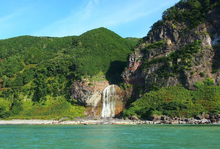 Waterfall of Kamuiwakka, watching during a cruise